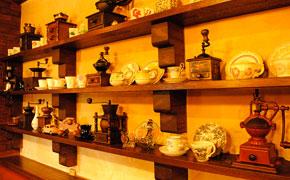 可否館で歴代使われてきたコーヒーミルやカップ