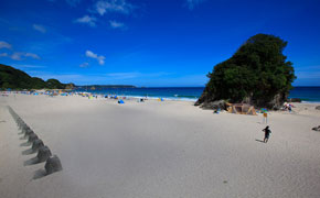 白い砂浜が700m続く大浜海岸