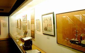 歴史的に貴重な資料が展示されている宝物館