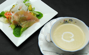 サービスステーキコースのスープ、サラダ