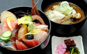 キレイに盛りつけられた海鮮丼