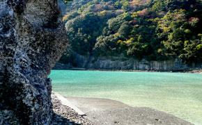 波がほとんどなく、穏やかな鍋田浜海水浴場