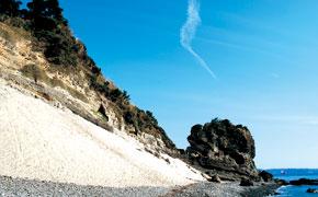 傾斜30度の天然の砂浜