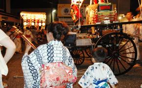 夜の町に太鼓や笛、三味線の音が響く...宵祭りの風景