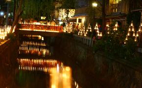 ペリーロードの平滑川にキャンドルの灯りが映る