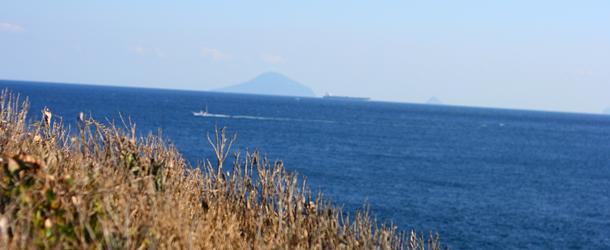 下田から見た伊豆七島の一つ利島