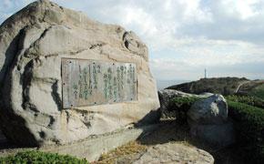 入り江を見渡す丘の上には、昭和天皇の歌碑があります