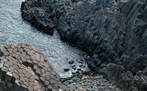 「俵石」と呼ばれる天然記念物「柱状節理」