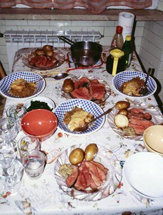 現代のローストビーフ料理の食事風景