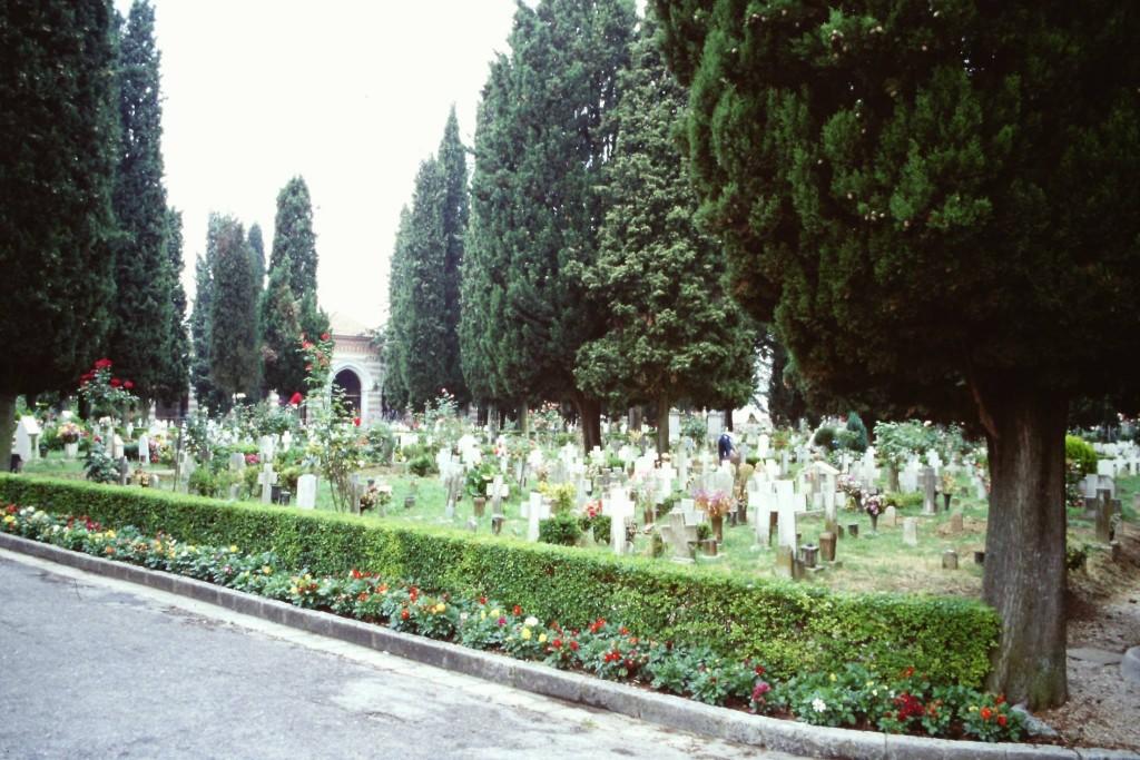 「現代のイタリアの墓地。色鮮やかな花が添えてある公園のようだ