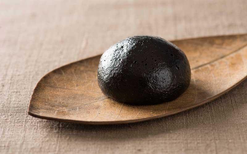 「黒船まんじゅう黒(ブラック)」8個入り930円。漆黒色は竹炭によるもの。中には黒ごまを贅沢に練り込んだ餡が詰まっています。