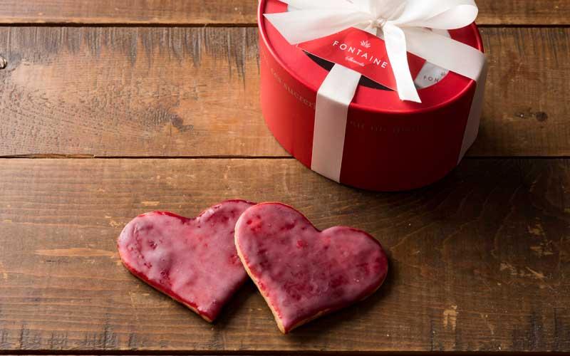 赤色はラズベリージャムによるもの。甘酸っぱい<ハートルージュ>一枚180円。5枚入りBOX1150円。
