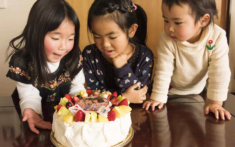 自分の顔がケーキに!子ども達も驚く嬉しいサービスです。
