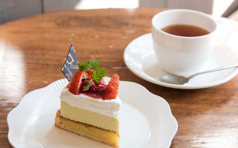 店内のケーキを選び、カフェスペースで食べることができます。写真はタルトピスターシュ400円。紅茶やコーヒーと一緒にどうぞ。