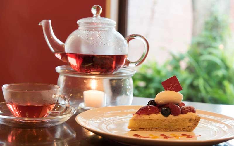 店内で販売しているケーキは、お茶やコーヒーと一緒にカフェで食べることができます。