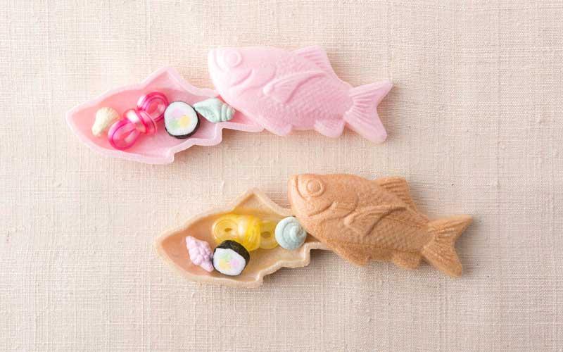 下田が漁獲高全国一位を誇る金目鯛。その金目鯛を型取った最中の中に、手作りの干菓子と飴細工が入っている<金目鯛お干菓子>は今後通年販売する予定です。