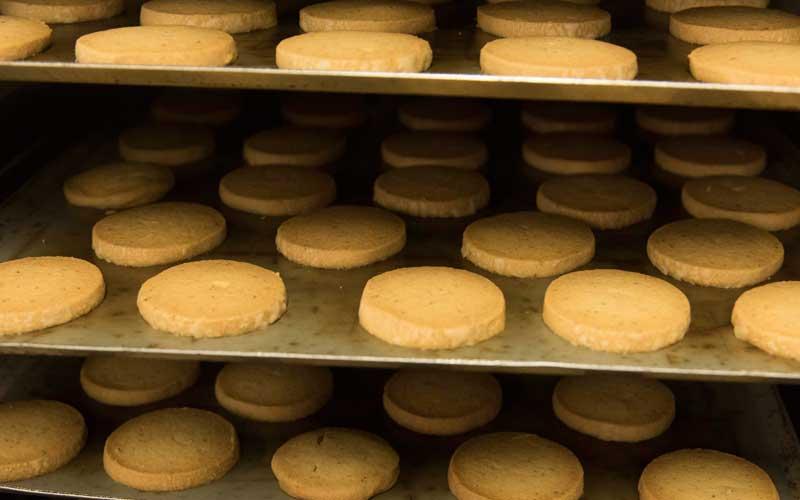 焼き菓子も生菓子も、すべてお店の奥にある厨房で作られています。