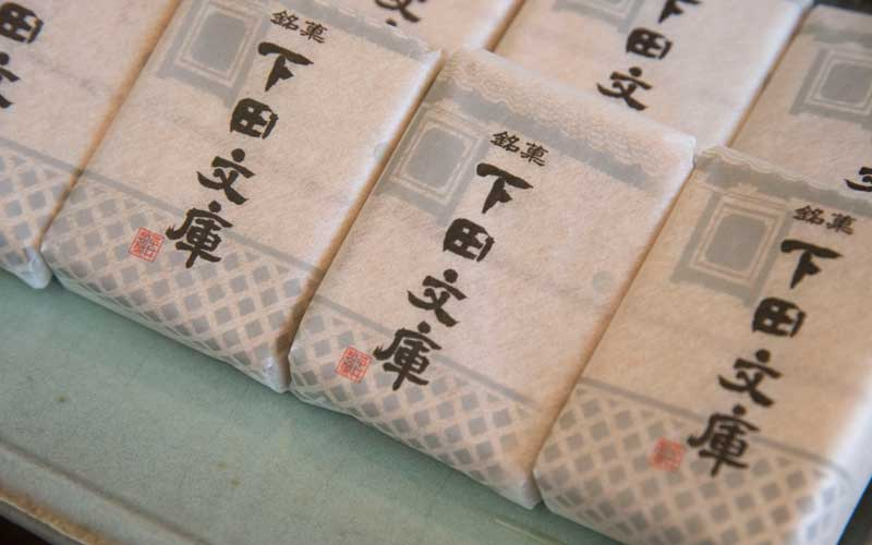 落ち着いた雰囲気の店内には<天城路>や<下田文庫>など人気の下田銘菓が並び、その傍らには人気のあんパンも並んでいます。