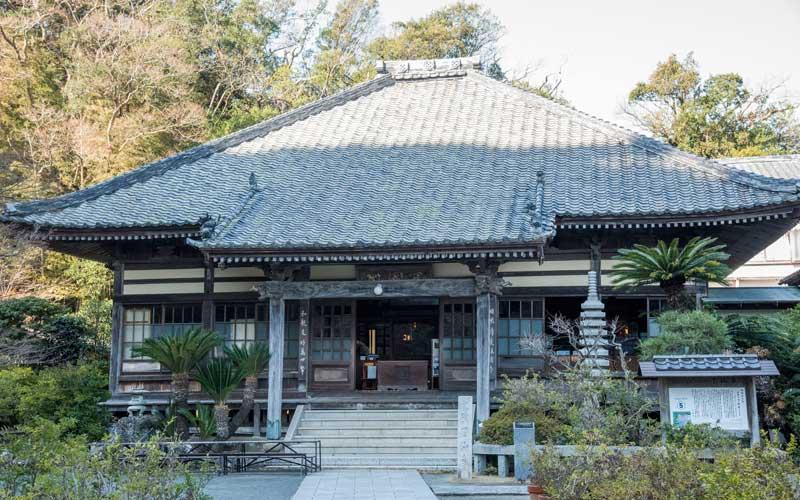 了仙寺の本堂。幕末にペリー提督と日本との間で、日米和親条約付属 下田条約が締結されたお寺です。
