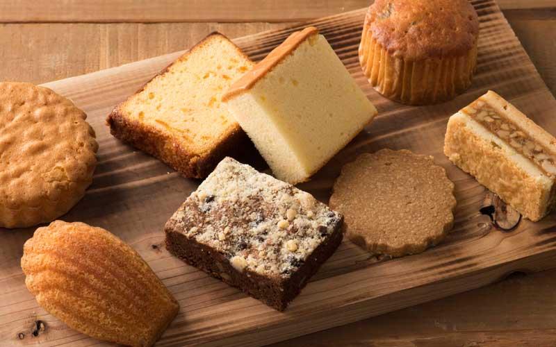 焼き菓90円〜200円。地元産<高橋養蜂>の蜂蜜を使用したパウンドケーキもおすすめです。(奥側右から2番目)