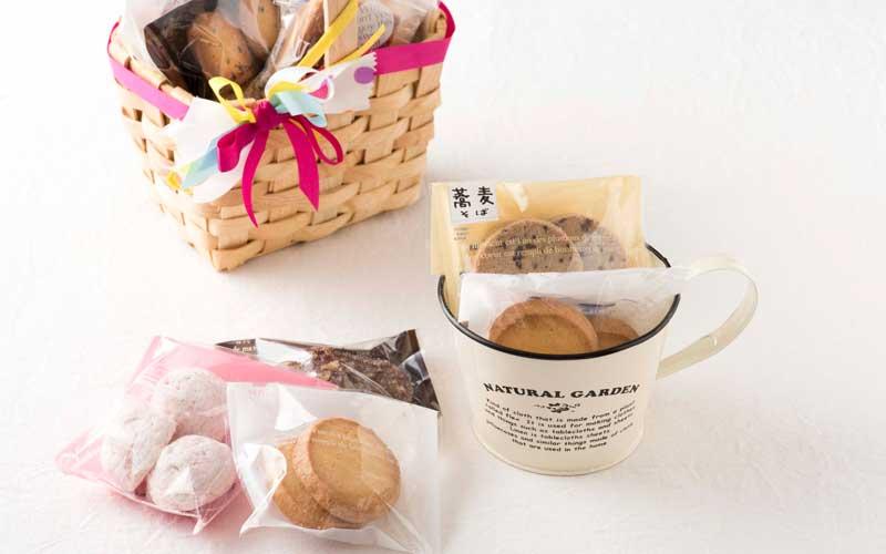 お好きな焼き菓子をカップやカゴに詰めることもできます。贈り物やお土産に最適です。