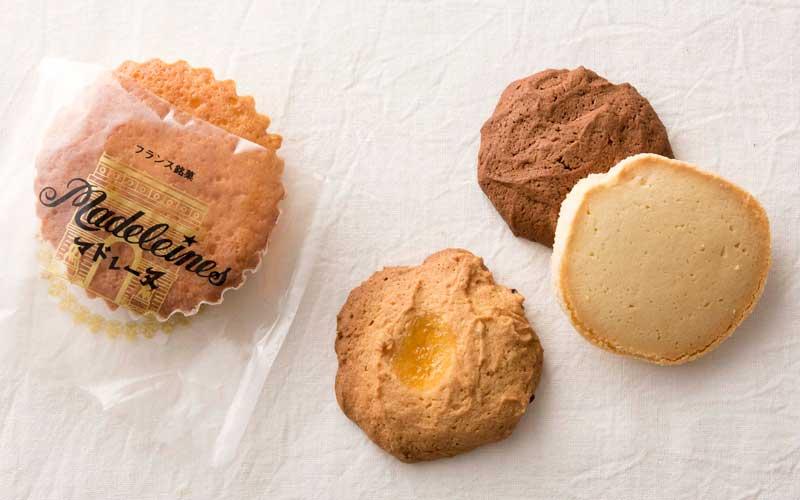 バターマドレーヌ130円、手作りの焼き菓子70円〜。