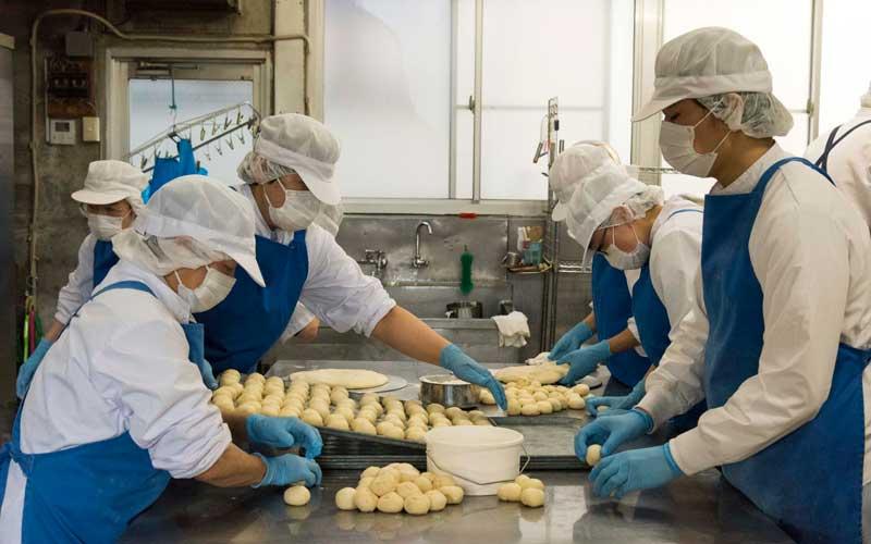 分割された生地を二次発酵させる前に、手の平でひとつひとつ丸めていきます。