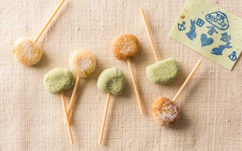 棒つき田舎飴<下田ろりぽっぷす>。三温糖、抹茶、きび砂糖の3種類あります。それぞれ3本入りで120円。
