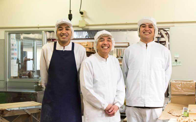 平井製菓4代目、車澤正登社長(中央)と息子さんの正教さん(左)卓さん(右)。息子さんお二人も、代々続く和菓子屋として誇りを持ちながら和菓子作りに向き合っています。