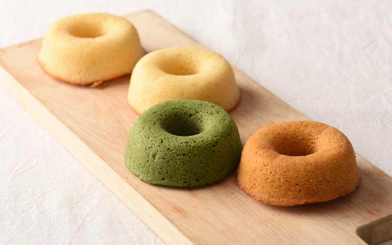 <ぺるりんのうきわ>という商品名の焼きドーナツは販売もしています。<下田の塩キャラメル味>など、各種160円。