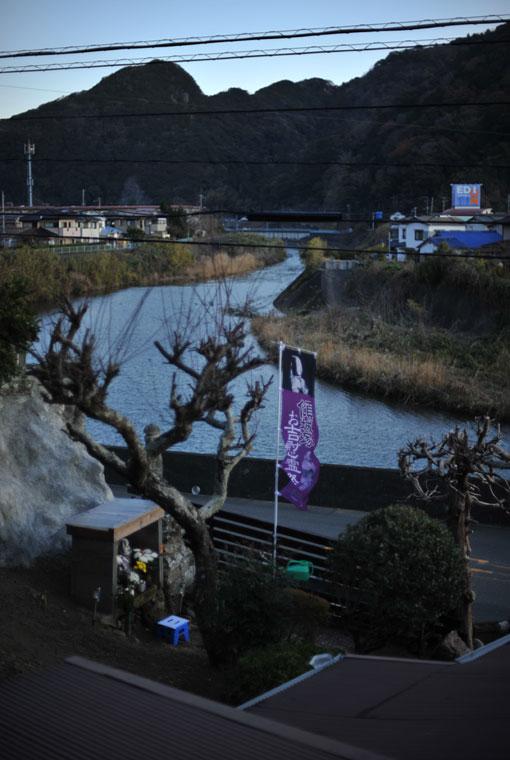稲生沢川ほとりにある傾城塚(けいせいづか)。