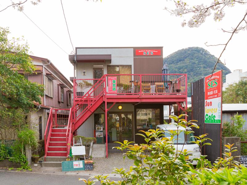 稲生川沿いの赤い建物